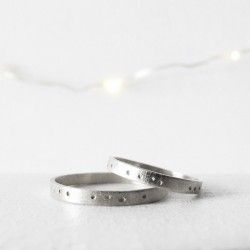 White gold wedding ring points