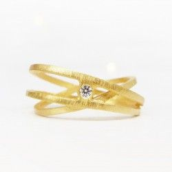 Three turn yellow gold ring with diamond