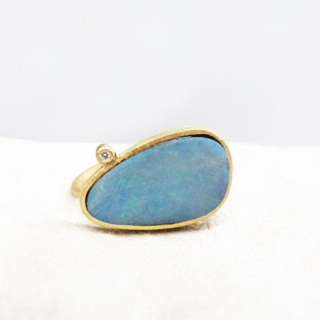 ONE OF A KIND 18 kts gold ring with opal