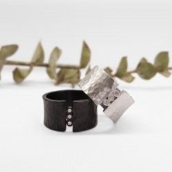 Hummered silver ring with diamons