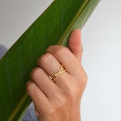 Yellow gold ring with a natural diamond. For woman